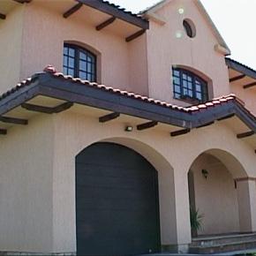 Casa in stil mediteraneean cu garaj incorporat. Cum alegi usa de garaj ideala?