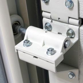 Гаражна врата с тихо задвижване, благодарение на използването на тефлонови втулки за ролки