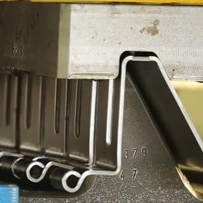 Cum se fabrica usile de garaj MCA - Productia balamalelor.