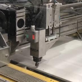 Cum se fabrica usile de garaj MCA? Operatia de pregaurire a panourilor usilor sectionale MCA.
